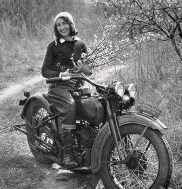 Vieilles photos (pour ceux qui aiment les anciennes photos de bikers ou autre......) - Page 3 Women53-42c8f1c